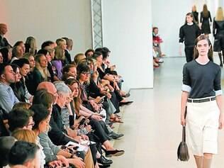 A Jil Sander investiu num clima andrógino, com direito a muitas bermudas (alerta tendência!) e camisas
