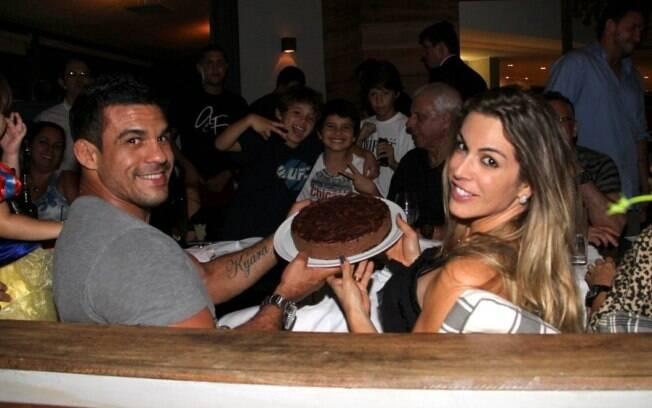 Vitor Belfort e Joana Prado: comemoração com bolo de chocolate