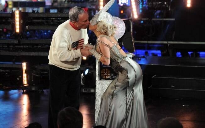 Lady Gaga beija o prefeito de Nova York Michael Bloomberg na boca durante a vida do ano novo: a musa do réveillon da cidade onde ela nasceu