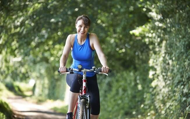 Praticar exercícios aeróbicos, como pedalar, caminhar e dançar, ajudam a