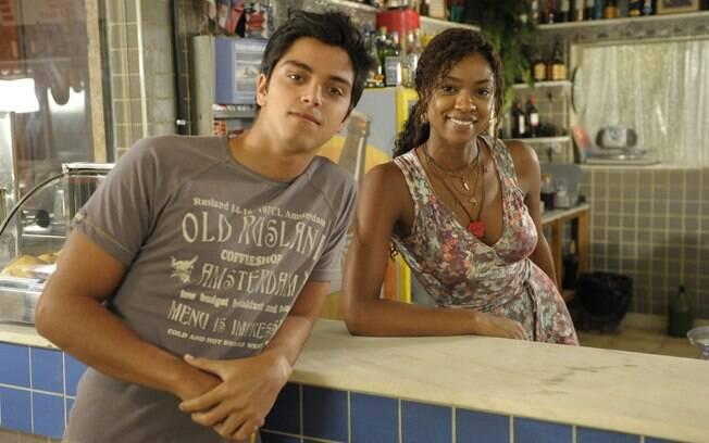 Leandro (Rodrigo Simas) e Dagmar (Cris Vianna) em