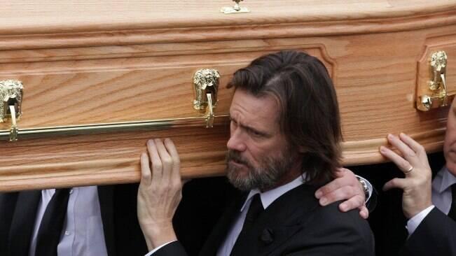 Jim Carrey carrega caixão da namorada na Irlanda