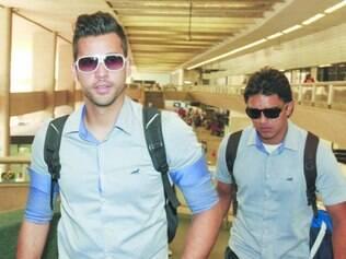 Experiência. Goleiro Fábio e atacante Marcelo Moreno durante o embarque da equipe para a Argentina, ontem, em Confins