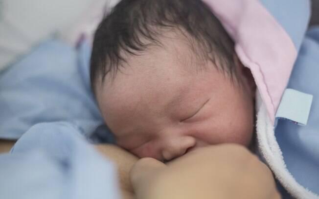 O aleitamento materno na primeira hora de vida melhora a interação entre a mãe e o bebê  e faz o papel de imunização