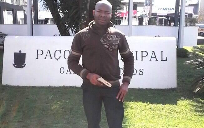 Kennith Ugw atualmente trabalha em uma rede de fast food no centro de SP; na Nigéria ele era professor de inglês