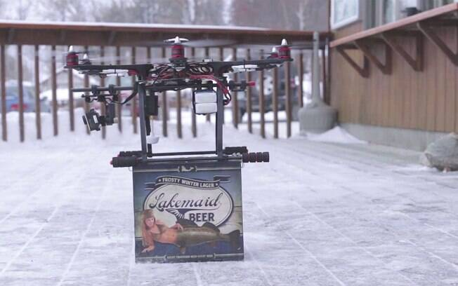 Drone alugado pela Lakemaid Beer leva caixa com cervejas para pescadores no meio de lagos congelados