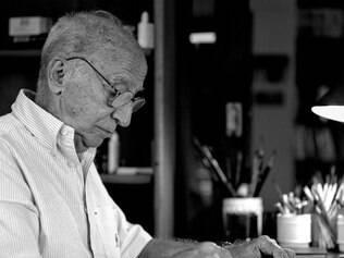 O escritor Millôr Fernandes em seu estúdio em Ipanema, em 2003