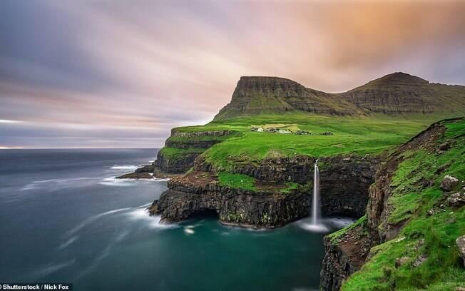 As Ilhas Faroé ficam no norte do Oceano Atântico. Apesar de pertencerem à Dinamarca, ficam mais próximas da Islândia e da Escócia