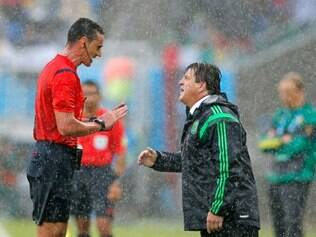 Mexico's head coach Miguel Herrera argues with referee Wilmar Roldan from Colombia during the group A World Cup soccer match between Mexico and Cameroon in the Arena das Dunas in Natal, Brazil, Friday, June 13, 2014. (AP Photo/Eduardo Verdugo) lance