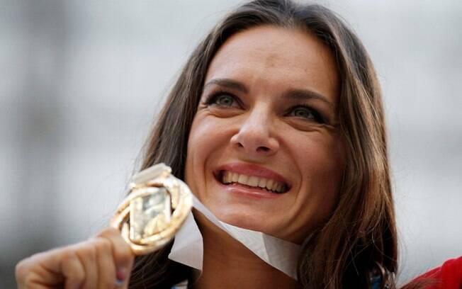 A russa Elena Isinbayeva recebeu sua medalha  de ouro pelo título mundial do salto com vara  nesta quinta-feira