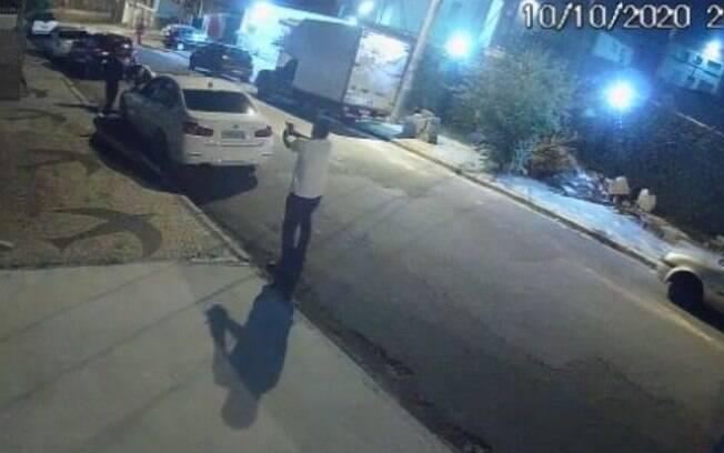 Troca de tiros entre policial militar e policial civil foi registrada por câmera de segurança em Campinas.