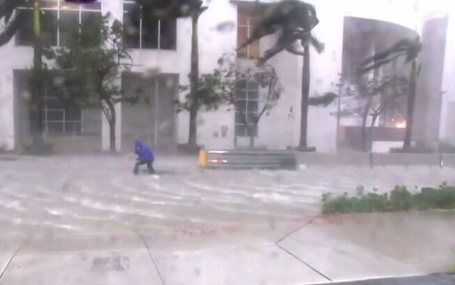 Ventos e chuvas causadas pelo furacão Irma já fizeram estragos na manhã deste domingo (10)