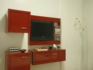 O arquiteto Ricardo Melo apostou em móveis fáceis de serem removidos até mesmo no quarto