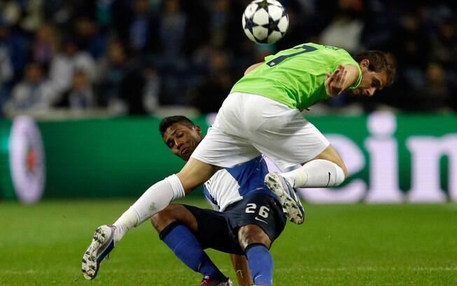 O brasileiro Alex Sandro tenta desarmar  Joaquin em ataque do Málaga