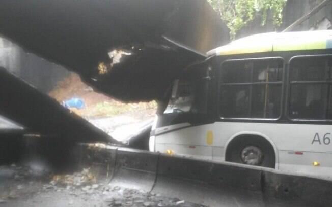 Trecho do teto do Túnel Acústico, em São Conrado, desabou sobre ônibus nesta sexta-feira