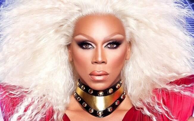A drag queen RuPaul e os traços feminilizados do rosto: nariz afinado, olhos e sobrancelhas levantados, maxilar suavizado