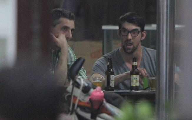 Phelps aproveitou a noite carioca e tomou  cerveja em um quiosque na praia antes do Laures