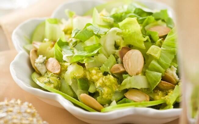 Foto da receita Salada de maçã verde com escarola e amêndoas pronta.