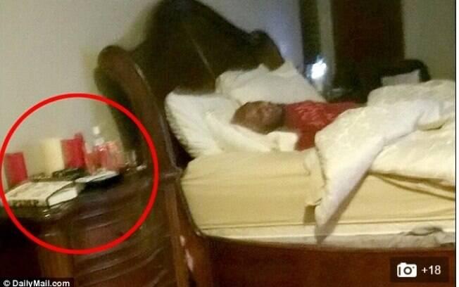 Ao lado da cama na imagem divulgada, são identificados, segundo o