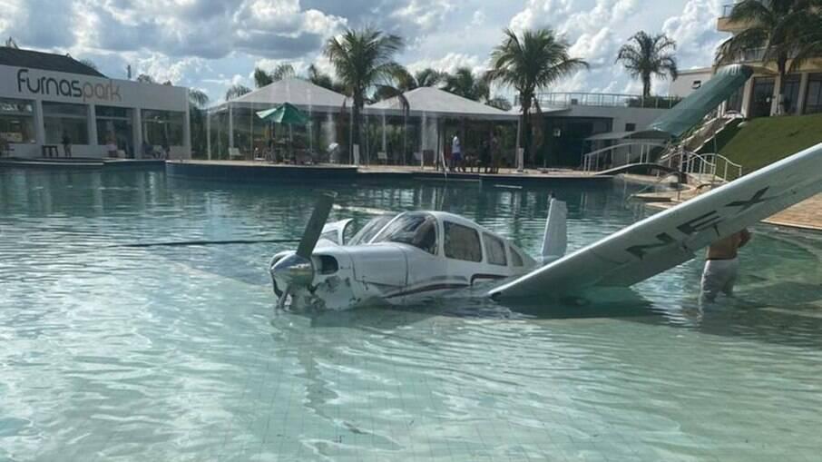 Avião cai dentro de piscina em Minas Gerais