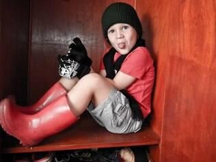 Aos 4 anos, Théo gosta de usar cachecol, luvas e gorro, mesmo quando está calor