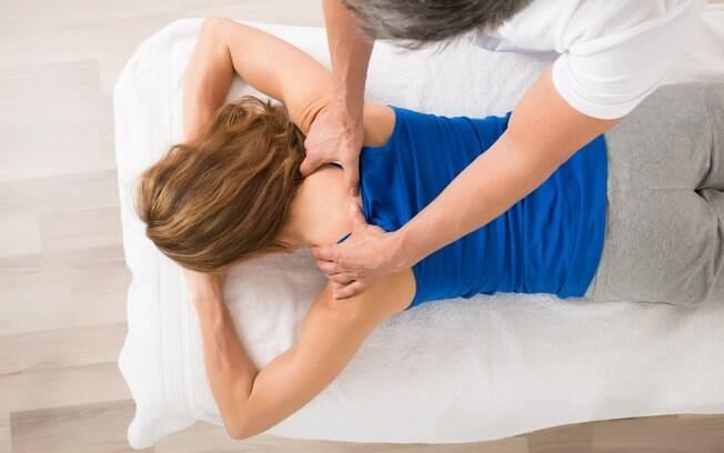 Cuidar do corpo e mantê-lo relaxado, seja com massagens ou alongamentos, também é essencial para correr na esteira