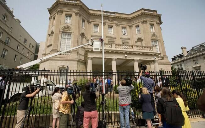Imprensa cobre levantamento do mastro com a bandeira cubana na embaixada do país em Washington (jun/2015)