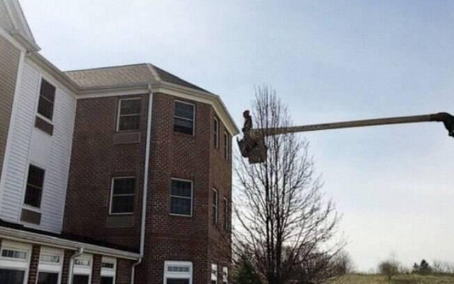 Homem usou guindaste para ficar na altura do terceiro andar de casa de repouso