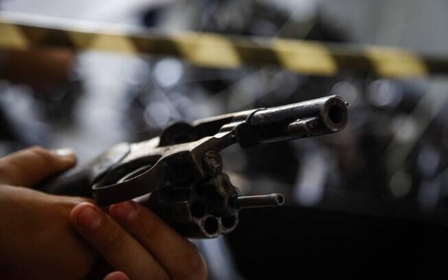 Pessoa segurando revolver