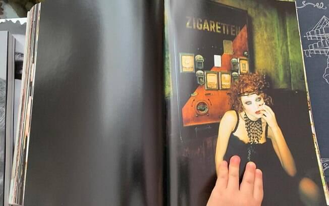 Filha de José Loreto, Bella, folheando revistas