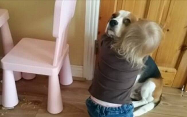 Menina consola beagle.