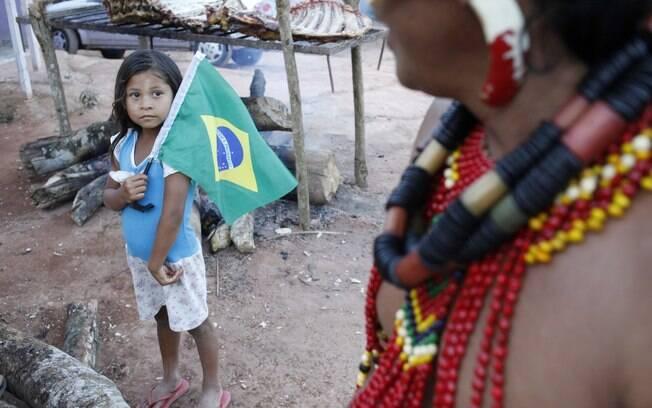 Índios pataxós acompanham a partida da seleção na Copa valorizando seus costumes e apoiando o