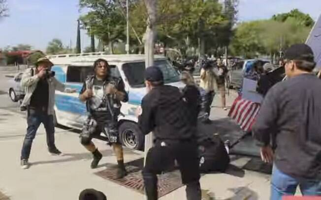 Vídeo mostra briga entre manifestantes e grupo ligado à Ku Klux Klan