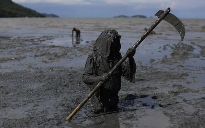 Um dos foliões que compareceram ao exótico bloco no litoral fluminense: