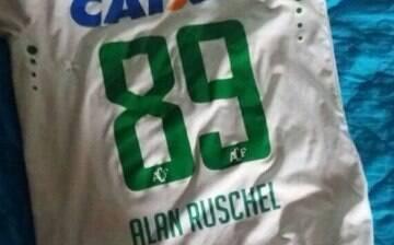 Camisa de Alan Ruschel, da Chape, é encontrada nos destroços do avião