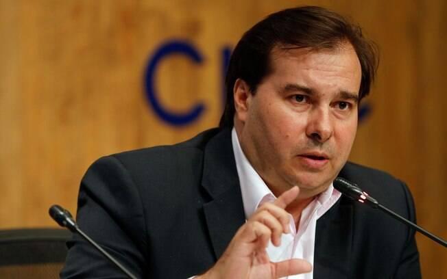 Presidente da Câmara dos Deputados, Rodrigo Maia, aparece em vídeo comendo um bolinho