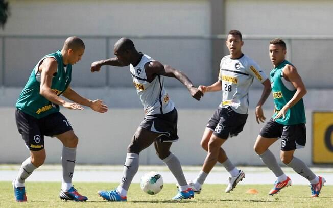 Seedorf tenta passar pela marcação de Antônio  Carlos durante treinamento no campo anexo do  Engenhão