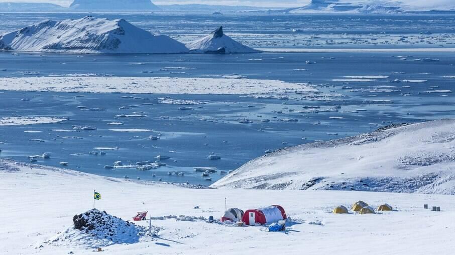 Acampamento do programa Ártico Brasileiro na Ilha Vega