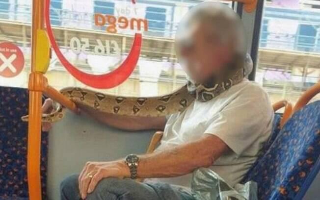 Autoridades disseram que uma cobra não era uma cobertura facial válida