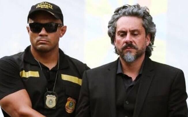 Império: José Alfredo é traído, caçado e preso pela Polícia e tem reencontro explosivo