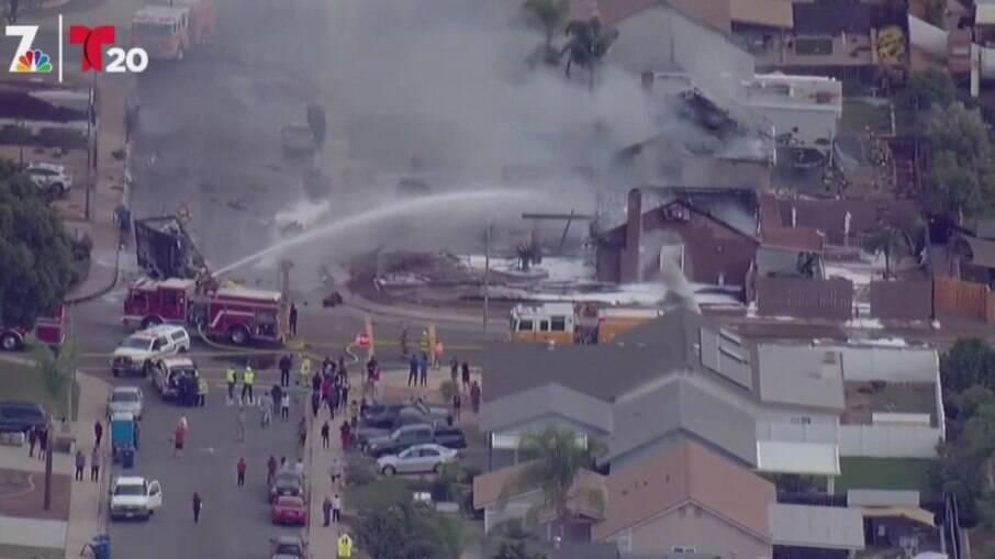 Bombeiros apagam fogo nas residências de Santee após queda de avião