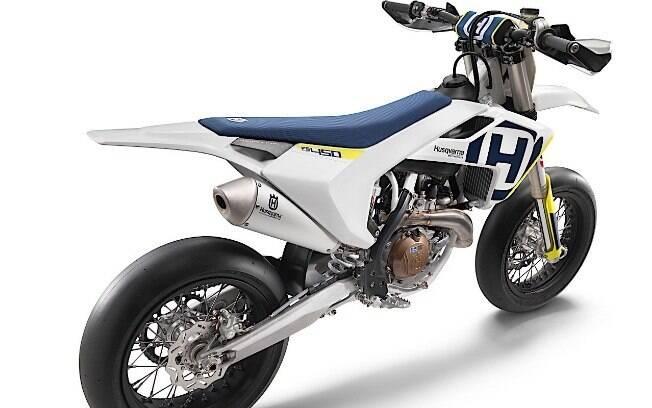 Sua dirigibilidade consiste em bastante movimentação com o corpo, estratégia que mais se alinha com a dinâmica da moto