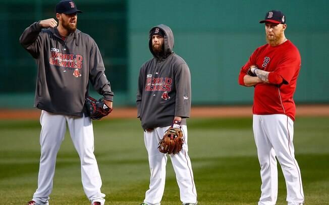 dfd8e4be3018a John Lackey, Dustin Pedroia e Mike Carp - jogadores de beisebol do Red Sox.