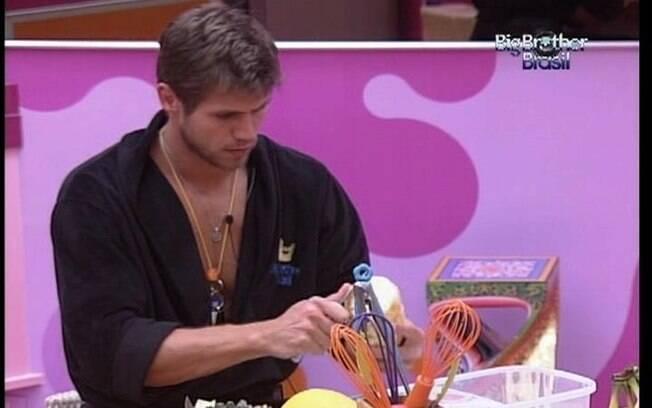 Jonas pica frutas para fazer a sobremesa