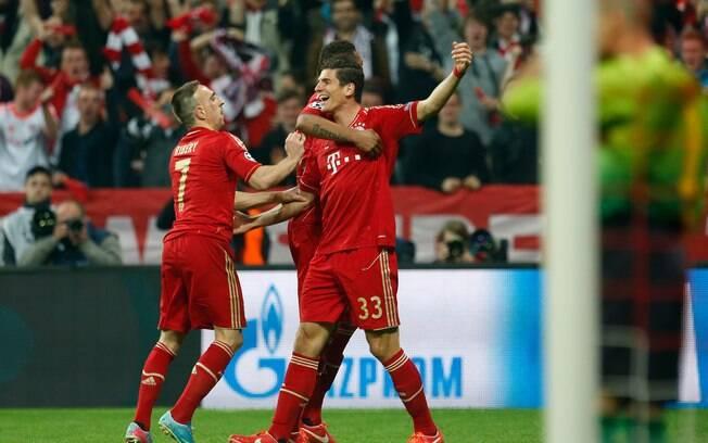 Mario Gomez é abraçado por Ribery após  ampliar para o Bayern de Munique em cima do  Barcelona