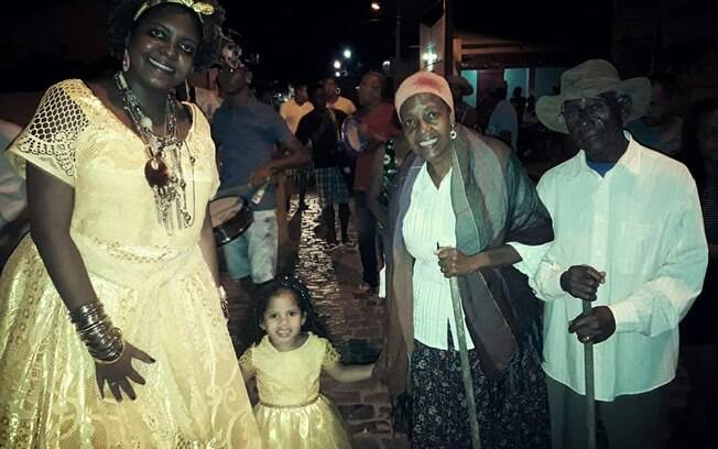 O velho e a velha celebram três gerações de uma família em meio às manifestações de fé dos Ternos de Reis