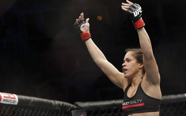 Amanda Nunes celebra sua vitória por nocaute  sobre a alemã Sheila Gaff