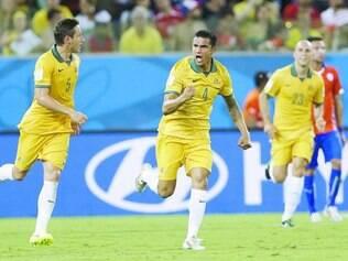 Cahill, ao centro, serve de exemplo aos jogadores mais jovens da Austrália