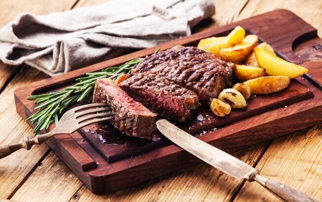 Assim como na churrasqueira, quanto mais tempo a carne ficar na air fryer, mais seca ela ficará