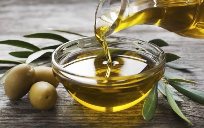Azeite de oliva ajuda a crescer cabelos e unhas por causa de ativos antioxidantes, como a vitamina E